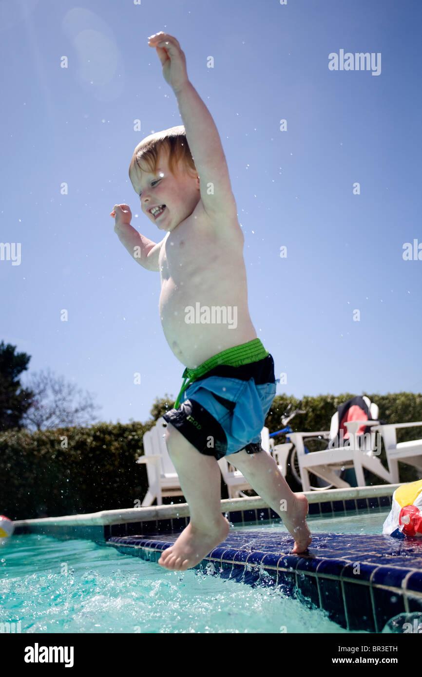 Kleine Kinder Die Schwimmen Im Hinterhof Pool Stockfoto