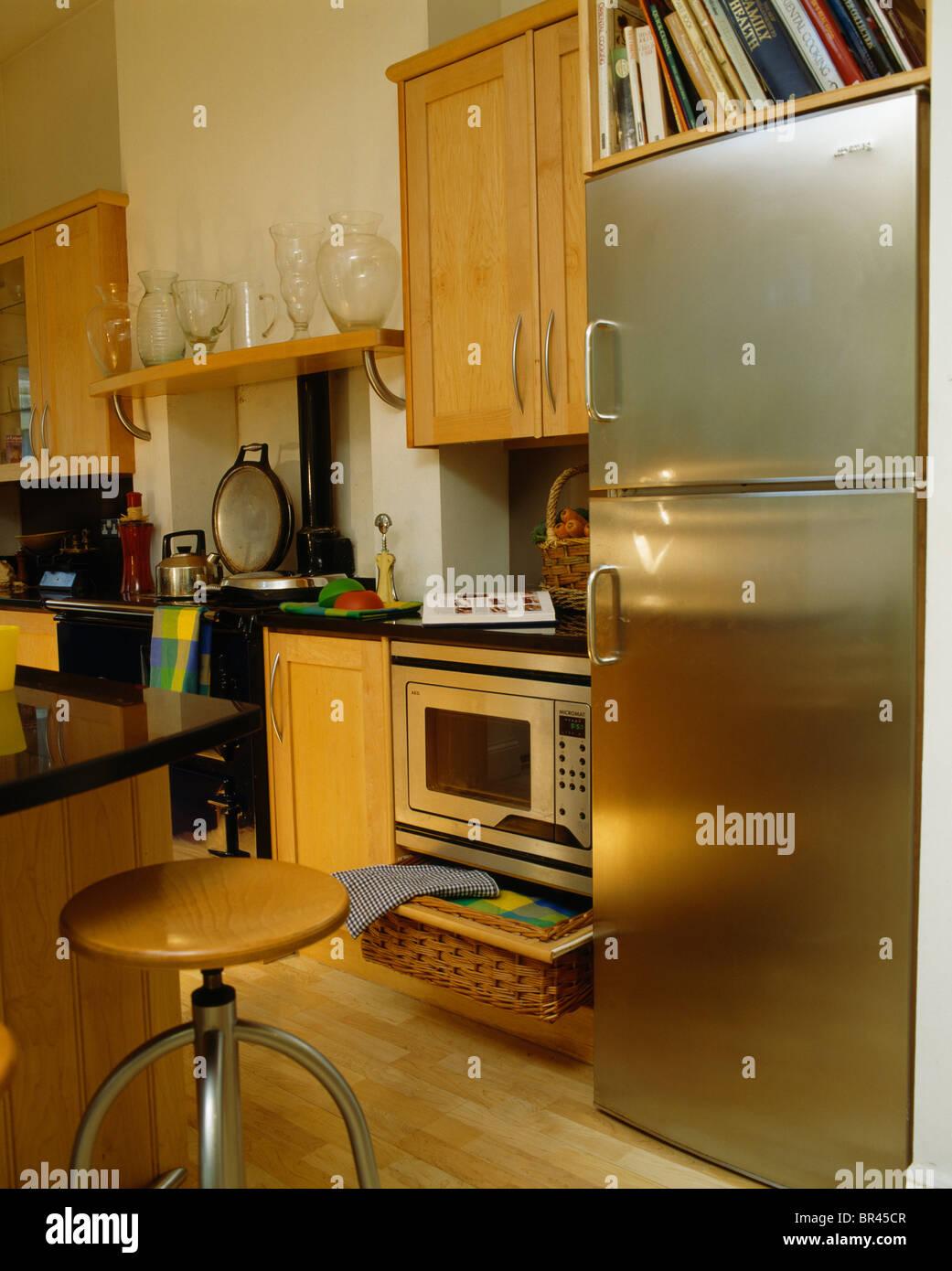 Große Edelstahl Kühl-Gefrierkombination in moderne Küche mit ...