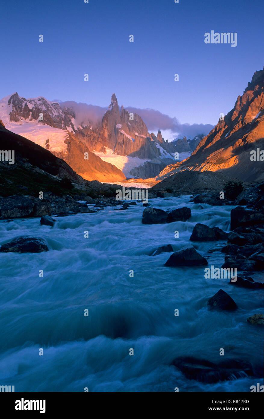 Sunrise leuchtet eine Berglandschaft in Patagonien, Argentinien. Stockbild