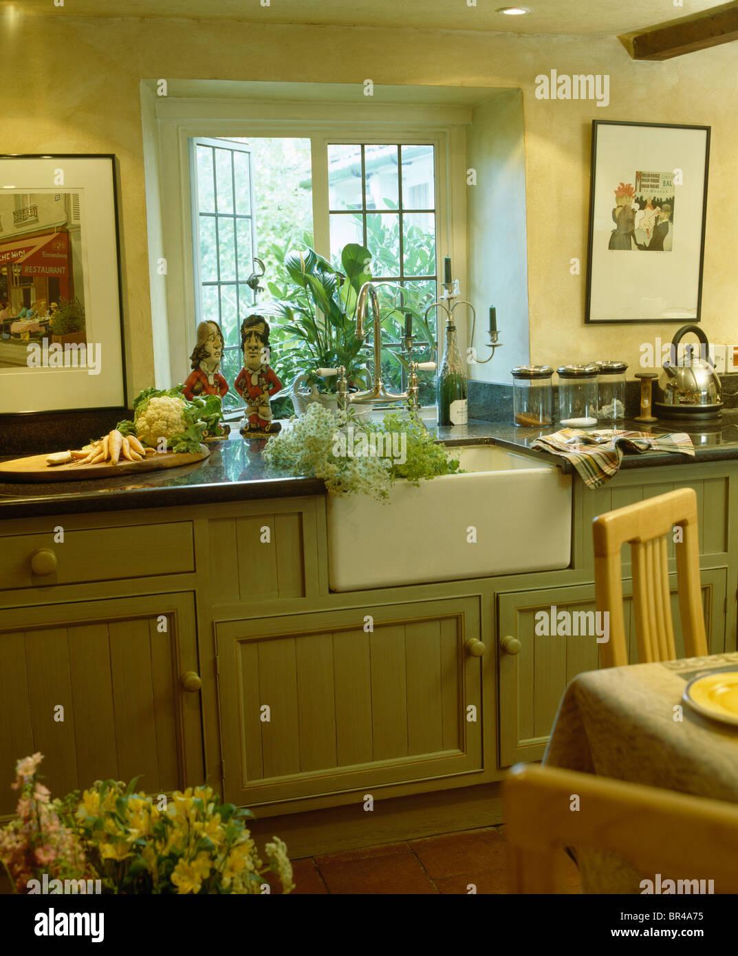 Weiße Belfast Waschbecken unter Fenster im Cottage Landhausküche mit ...