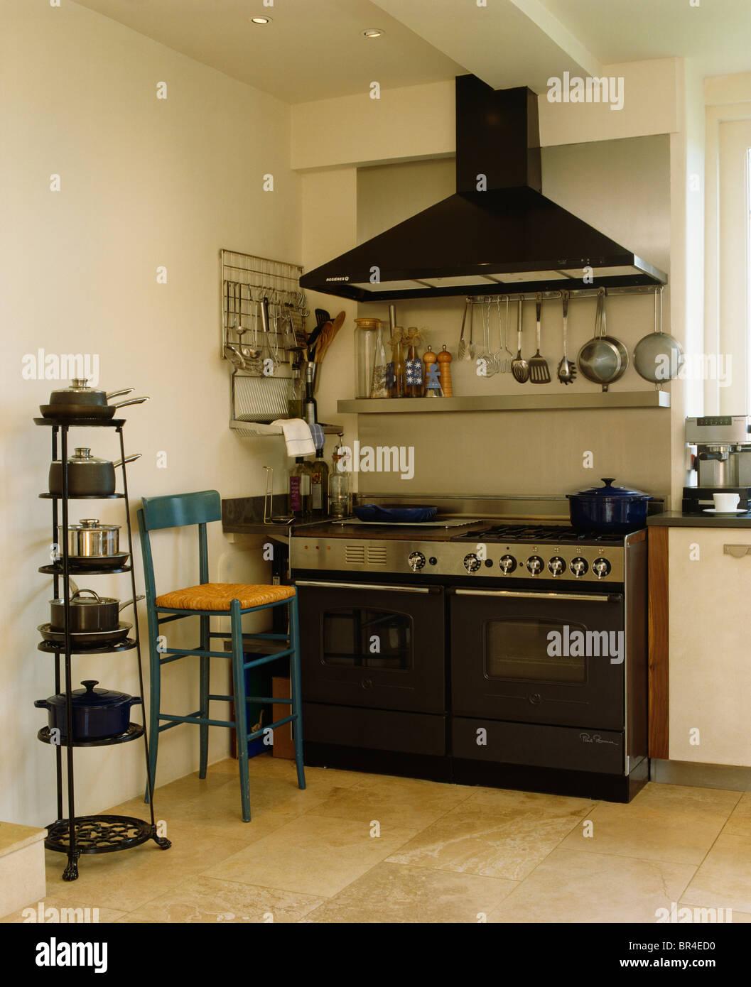 Extraktor über dem schwarzen Herd in modernen Küche mit ...