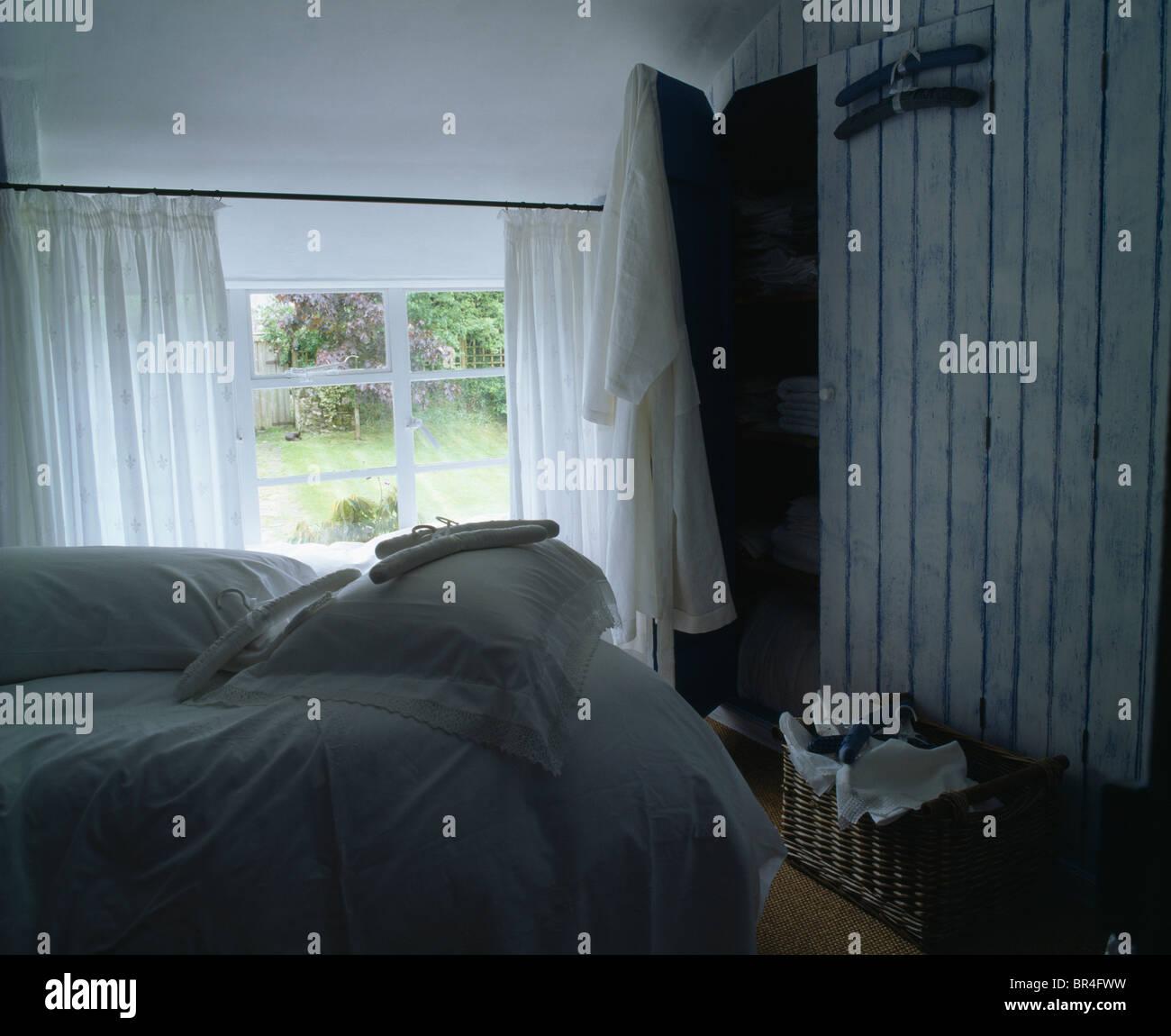 Weissen Voile Vorhange Am Fenster Im Ferienhaus Schlafzimmer Mit