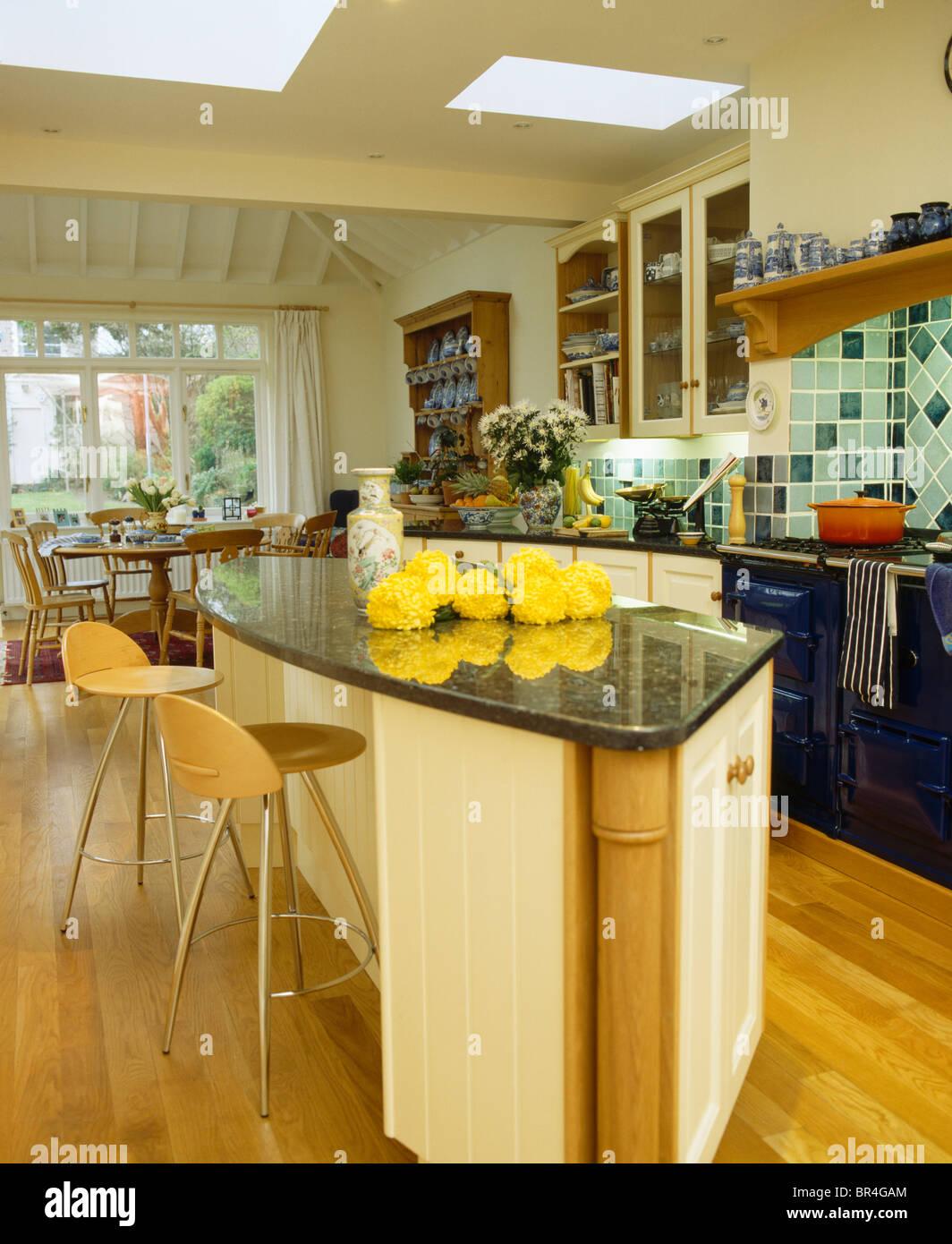 Large Kitchen Breakfast Bar Stockfotos & Large Kitchen Breakfast Bar ...