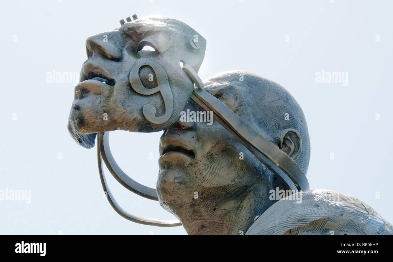 """""""Die Jagd"""" cast Edelstahl-Skulptur vor dem Barber Vintage Motorsports Museum in Birmingham, Alabama, USA Stockbild"""