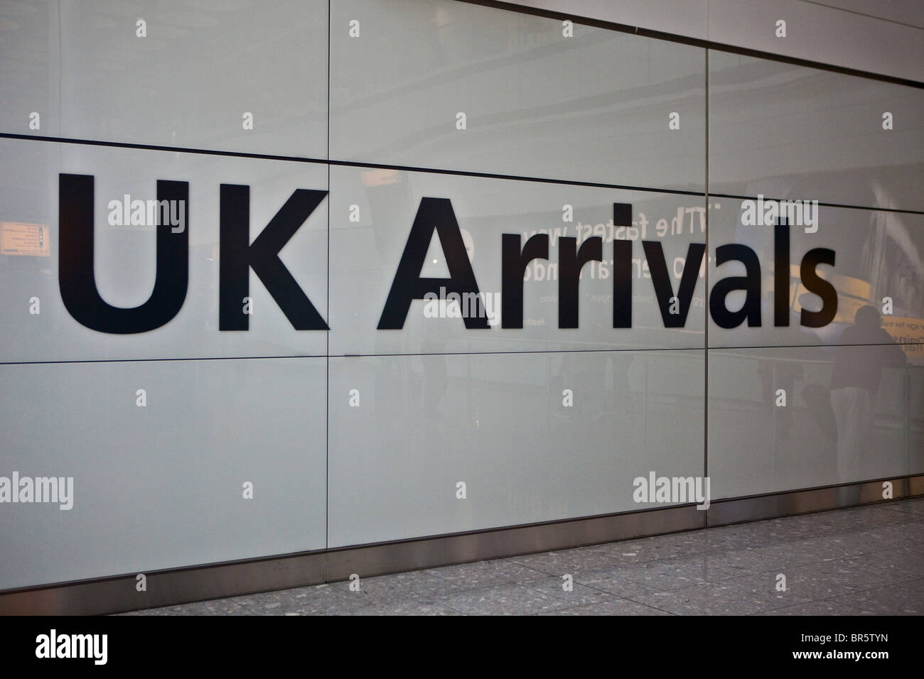 UK-Ankünfte am London Heathrow Airport Terminal 5 Sign. Stockbild