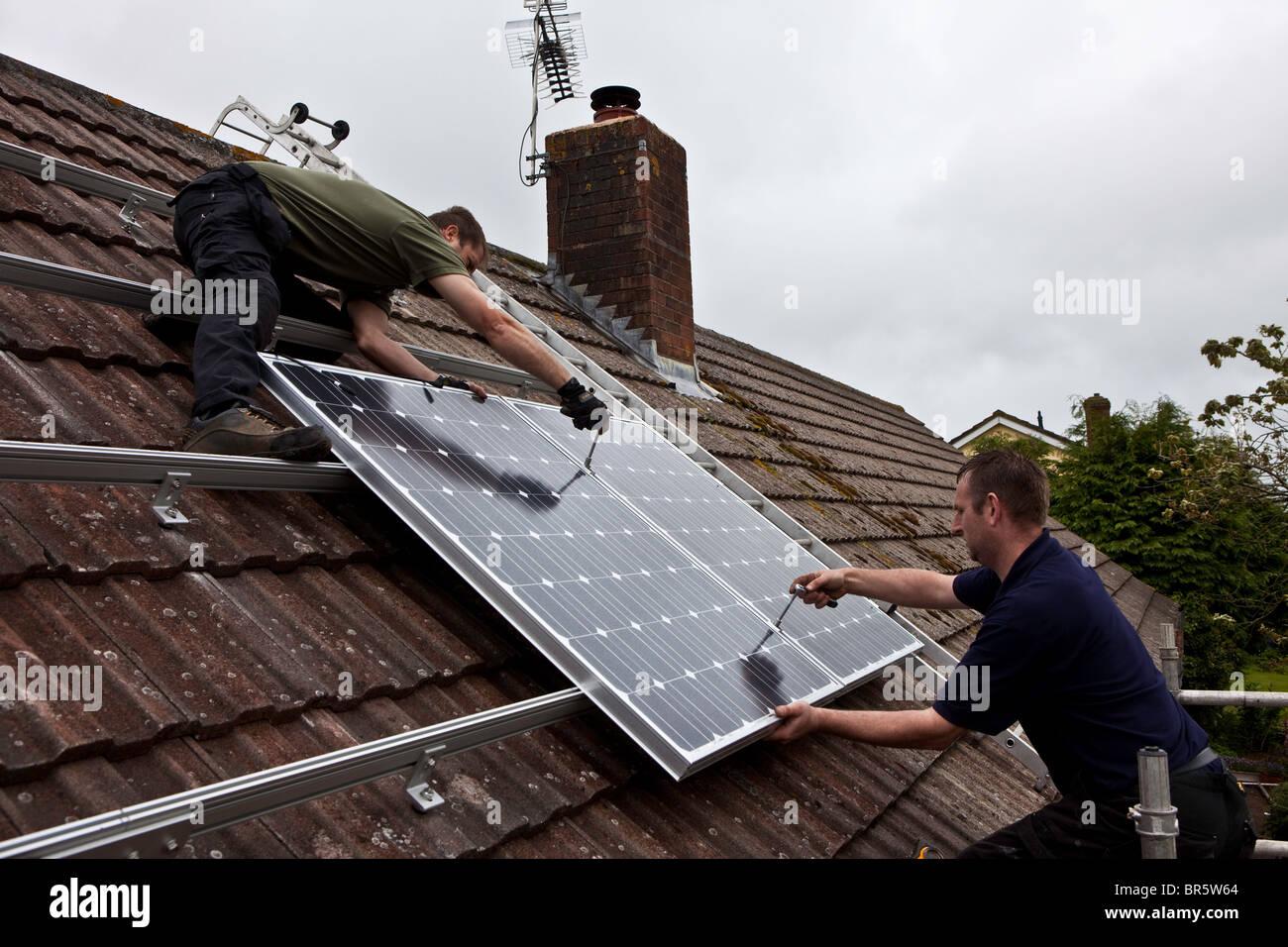 PV Photovoltaik Solarmodule auf dem Dach eines Hauses installiert ...