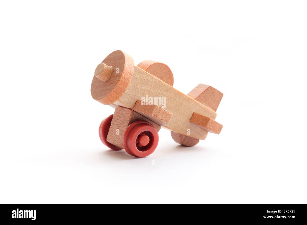 Nahaufnahme Foto von einem 1-Zoll-Holzspielzeug Flugzeug isoliert auf einem weißen Hintergrund. Stockbild
