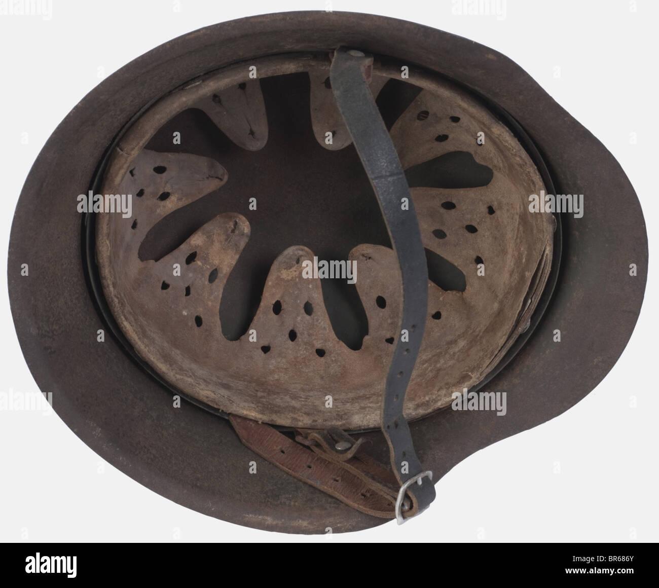 WEHRMACHT, Casque modèle 42, camouflé trois Tonnen, complet avec son Intérieur et sa jugulaire,, Stockbild