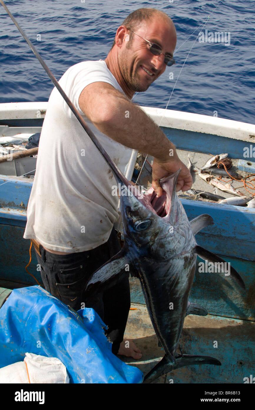 Ein Fischer schleppen einen Schwertfisch in einer Longline im ...