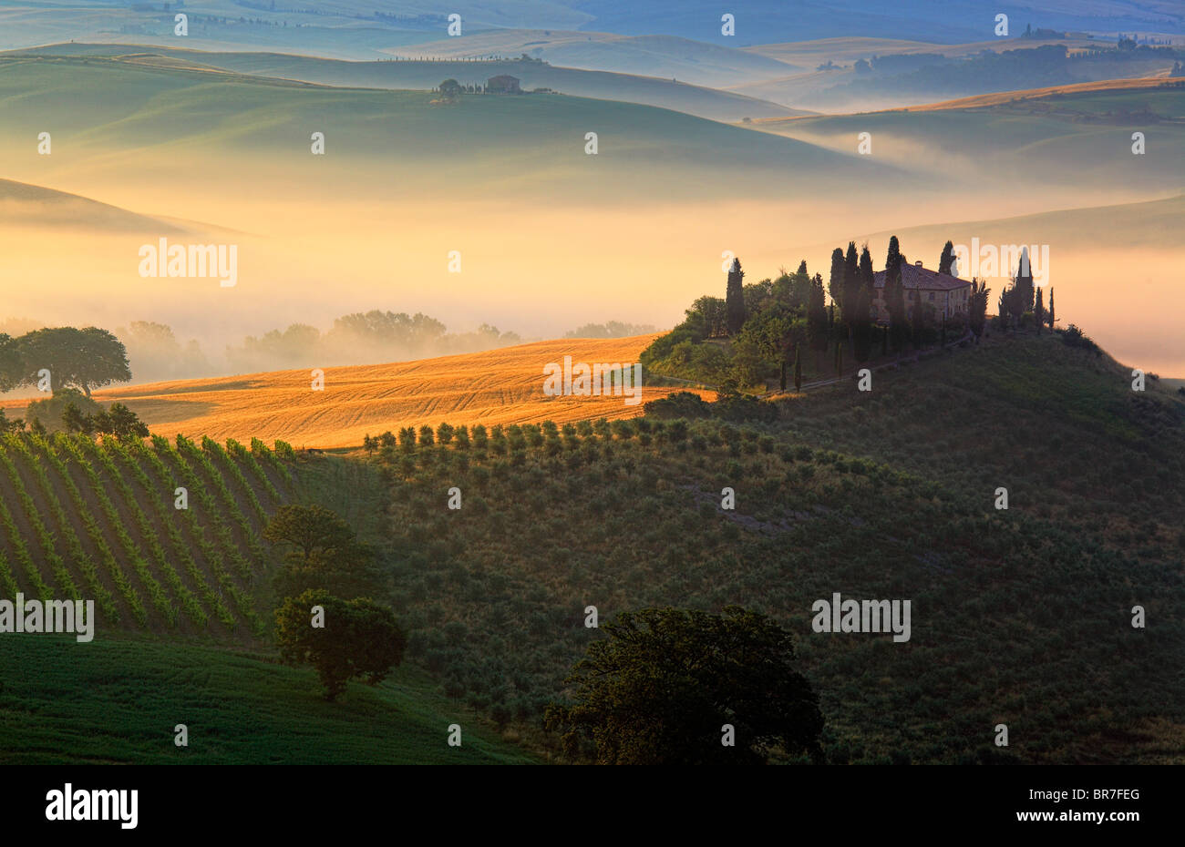 Villa auf einem Hügel in Val d ' Orcia, eine Region der Toskana in Mittelitalien, bei Sonnenaufgang Stockbild