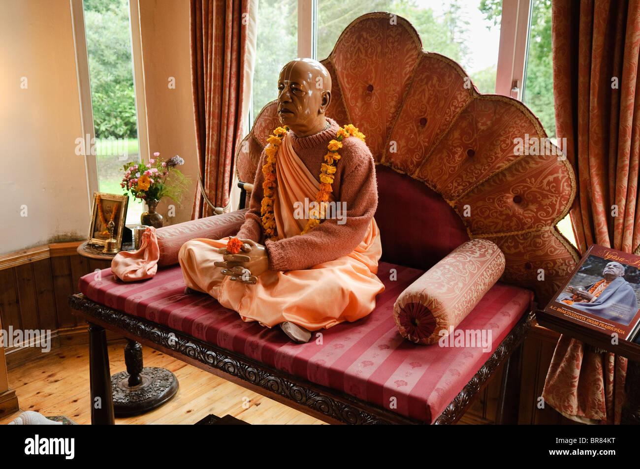 Statue von AC Bhaktivedanta Swami Prabhupada, Gründer der Hare-Krishna-Bewegung, in einem Tempel-Raum. Stockfoto