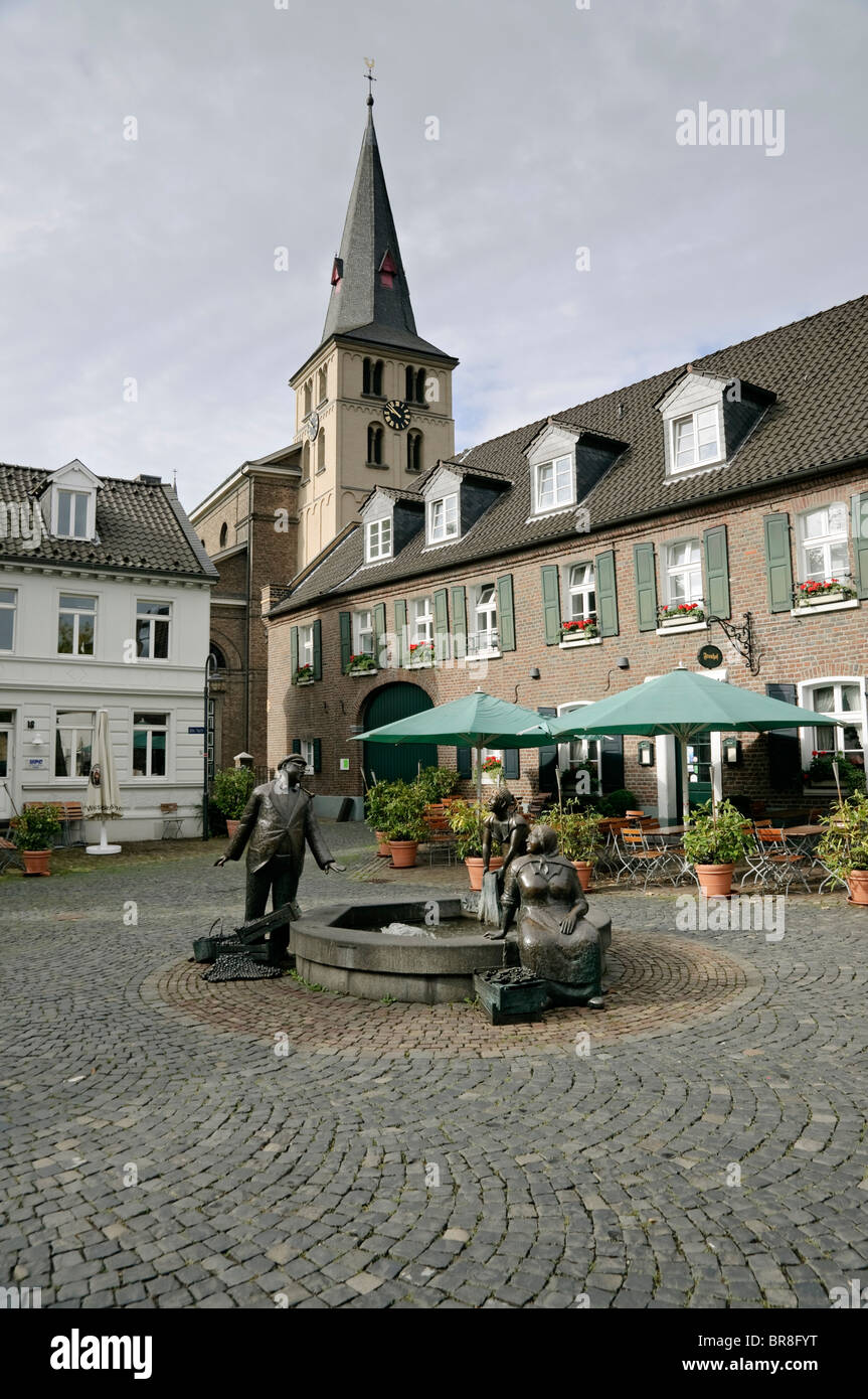alte markt marktbrunnen mit pfarrkirche meerbusch lank latum nrw deutschland stockfoto. Black Bedroom Furniture Sets. Home Design Ideas