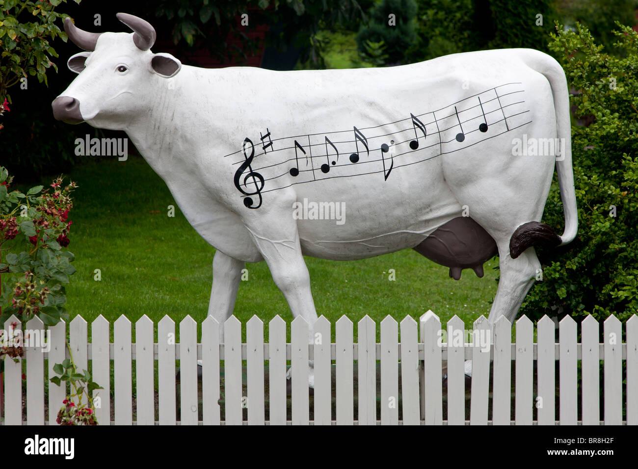 Musik-Kuh-Statue vor dem berühmten Brundby Rock Hotel auf Samsø-Dänemark Stockbild
