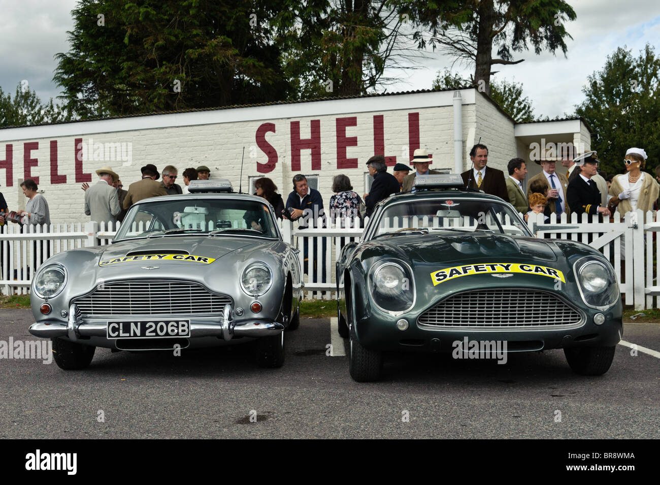 Aston Martin Safety Cars beim Goodwood Revival 2010, West Sussex 19. September 2010. Bild von Julie Edwards Stockbild