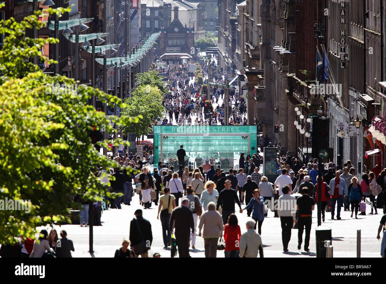 Fußgänger zu Fuß auf der Buchanan Street, Glasgow, Schottland, Großbritannien Stockbild