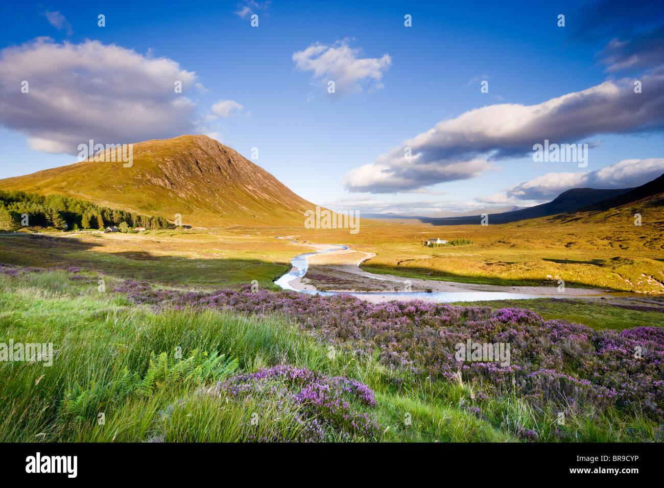"""Glencoe. Blick auf Rannoch Moor, Fluss Coupall im Vordergrund, Beinn eine """"Chrulaiste auf der linken Seite. Stockbild"""
