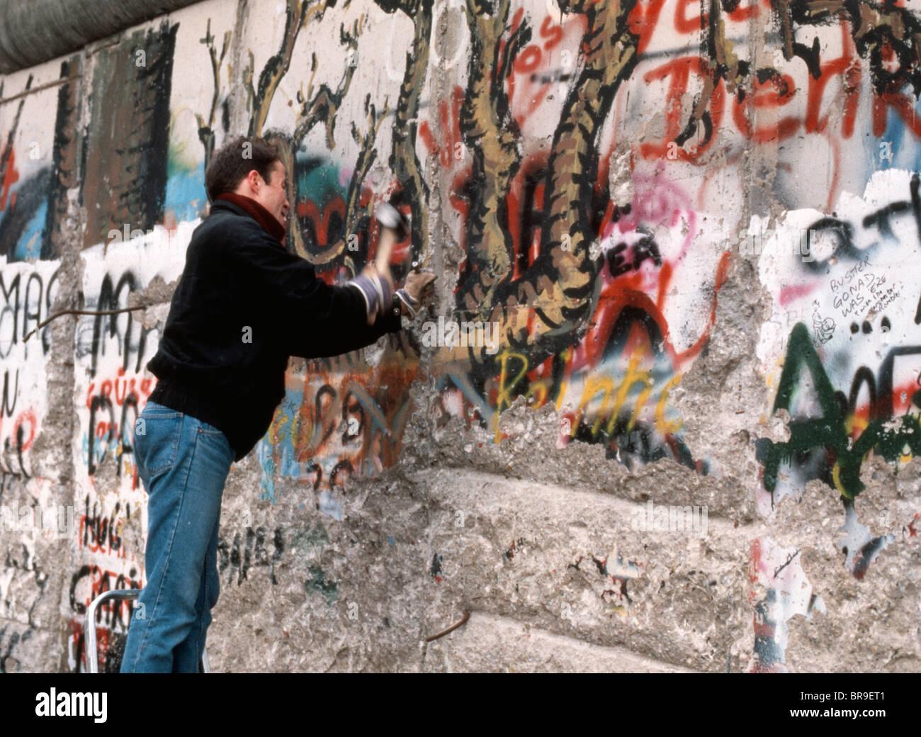 berlin wall 1989 hammer stockfotos berlin wall 1989 hammer bilder alamy. Black Bedroom Furniture Sets. Home Design Ideas
