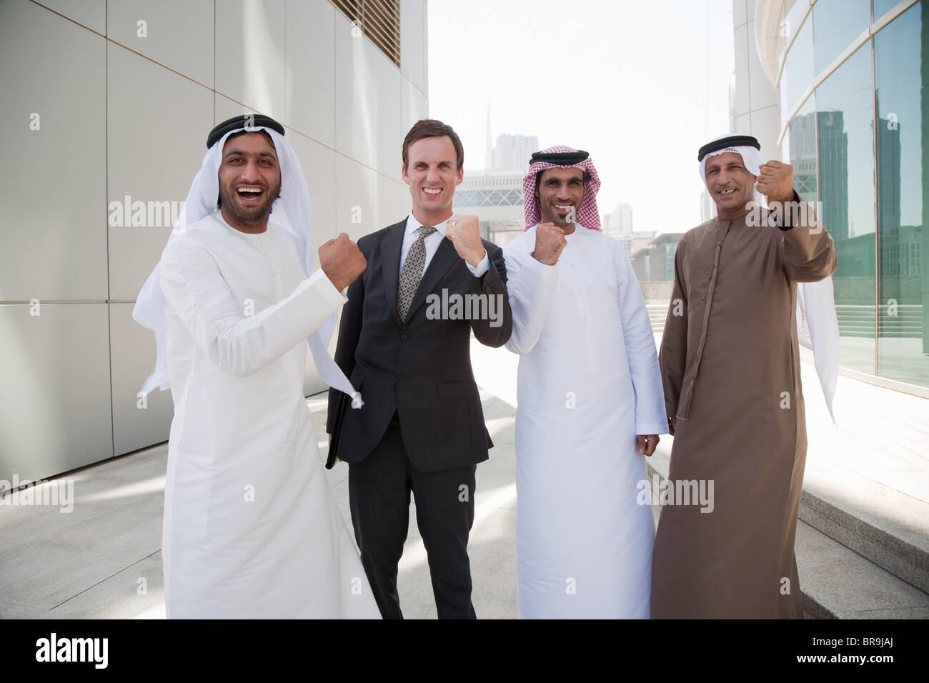 Nahen Osten und westlichen Geschäftsleuten jubeln Stockbild