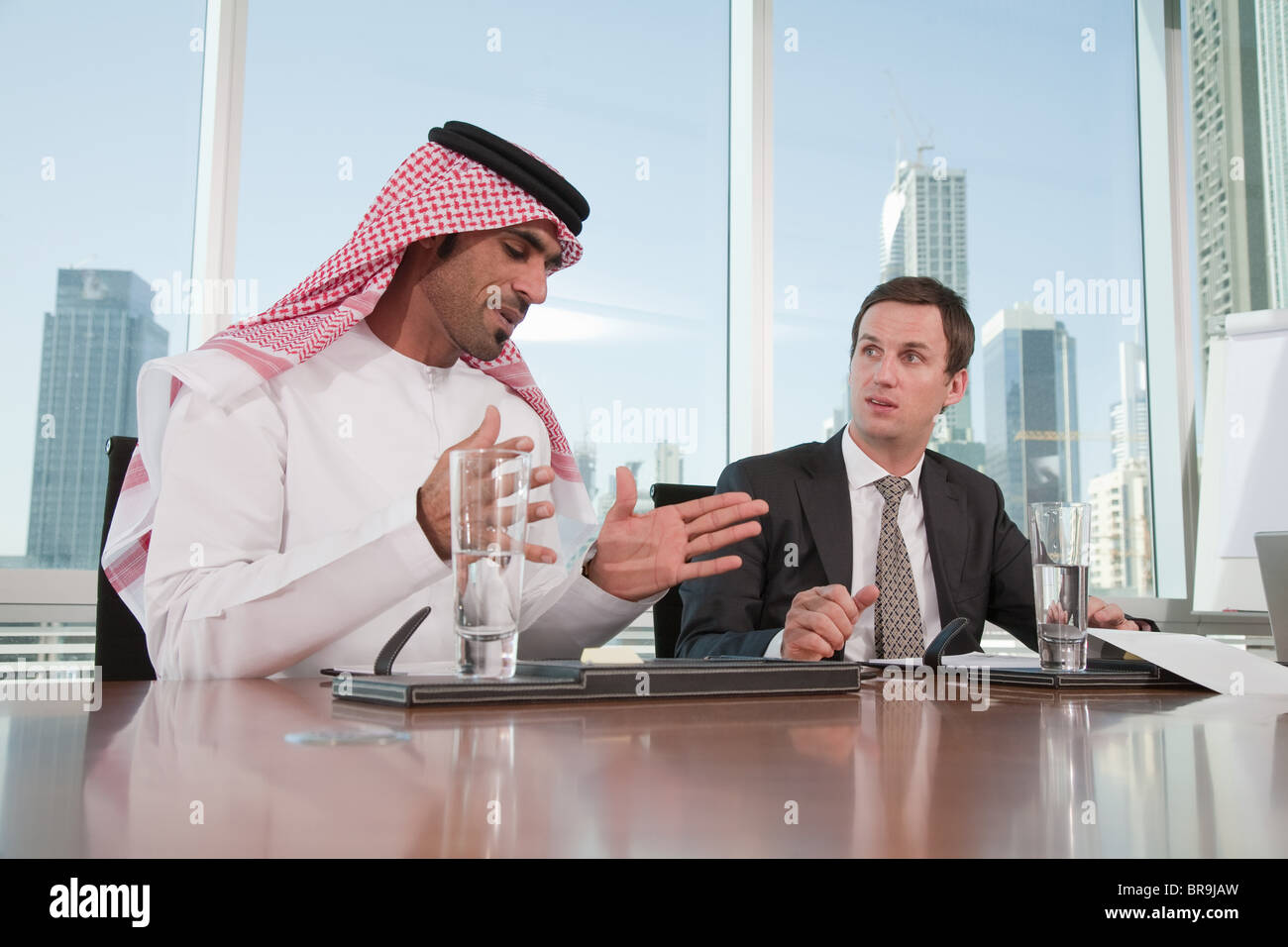 Westen und dem Nahen Osten Geschäftsleute in treffen Stockbild