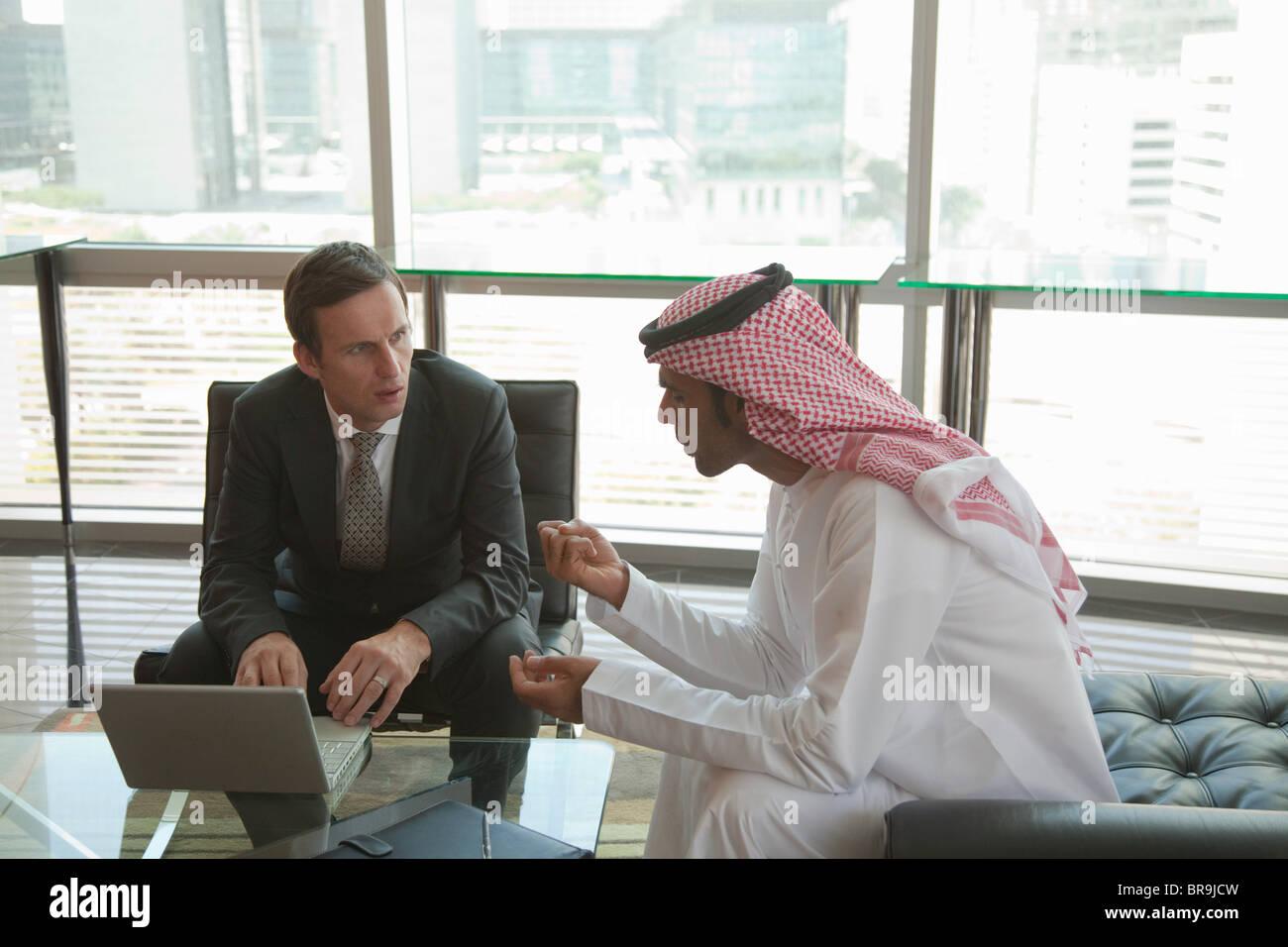 Westen und dem Nahen Osten Geschäftsleute treffen Stockbild