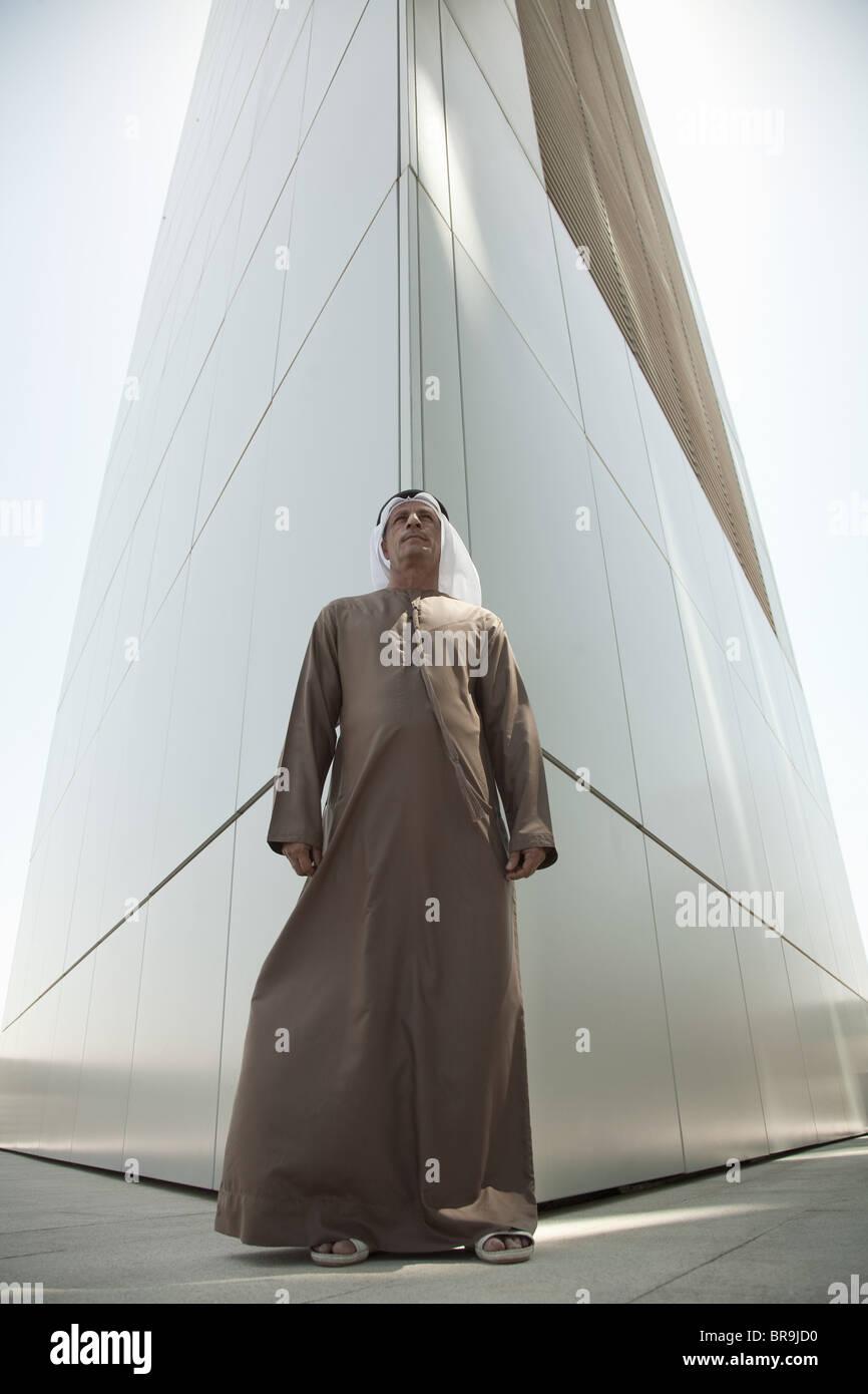 Nahen Ostens Mann durch moderne Gebäude in dubai Stockbild