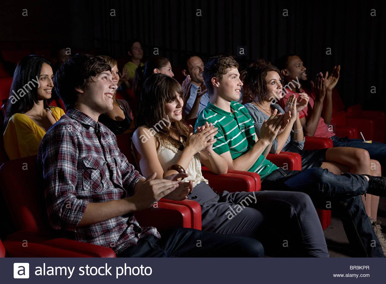 Publikum klatschte in Kino Stockbild