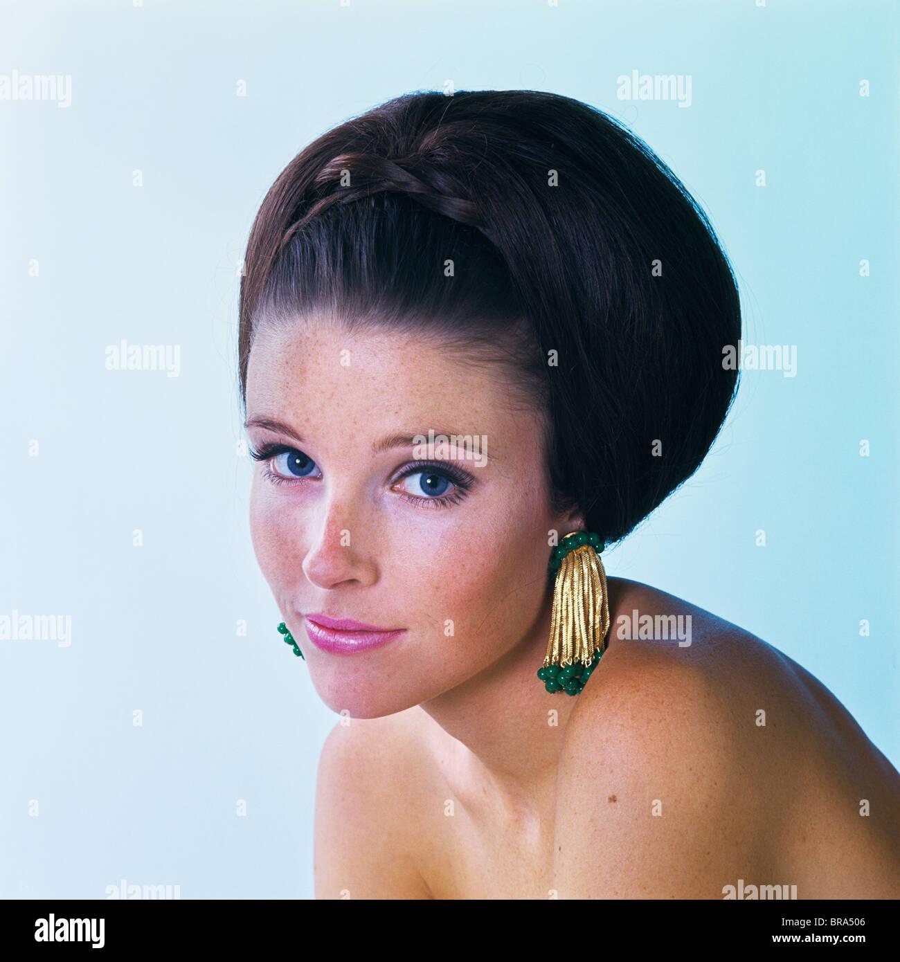 1960er Jahre Junge Frau Lächelnd Brünette Lange Haare Gehänselt