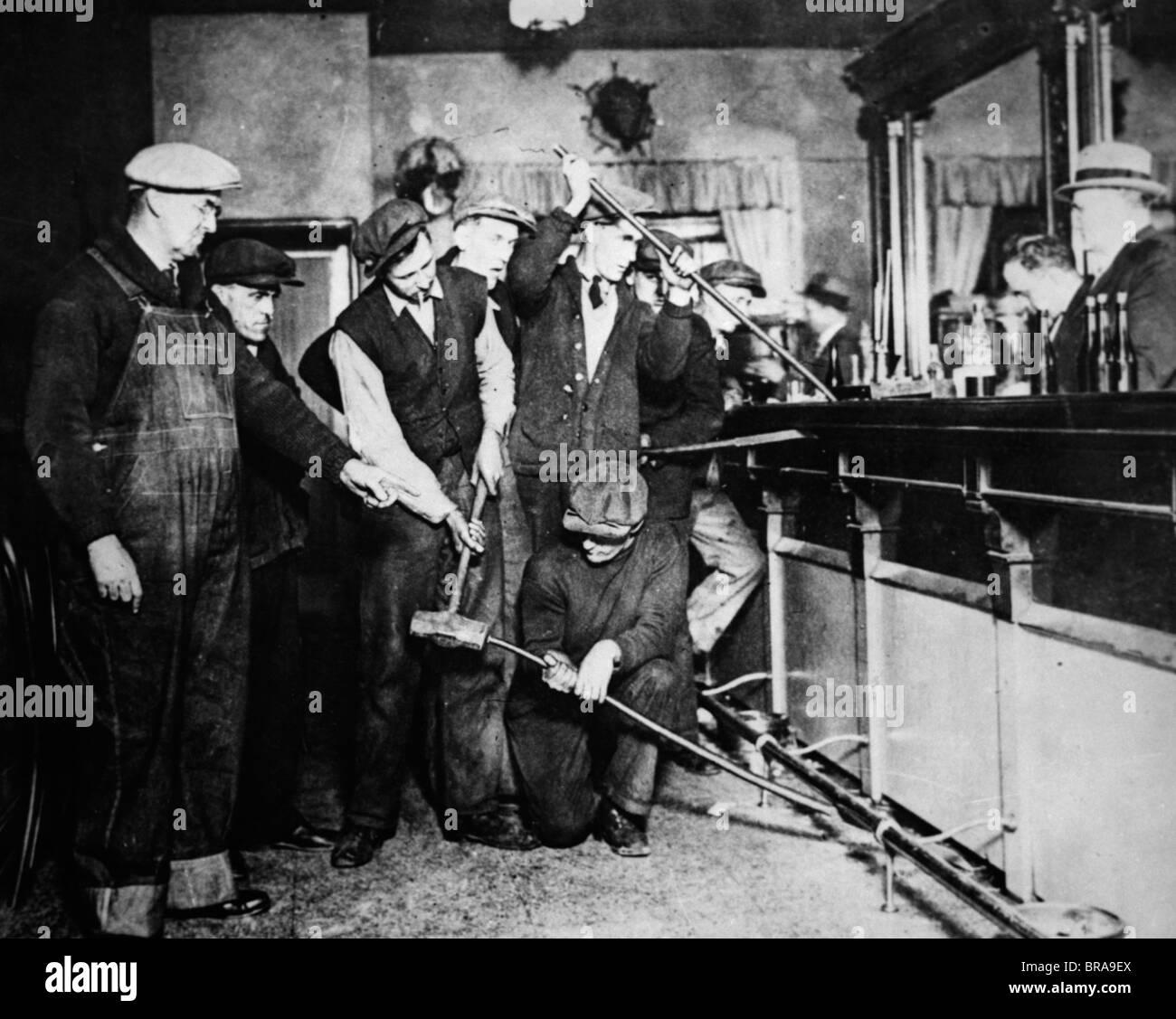 1920S 1930S VERBOT RAID-FBI-AGENTEN ZERREIßEN ZERSTÖREN BAR ZU SEHEN, OB ALKOHOL VERSTECKT IST Stockbild