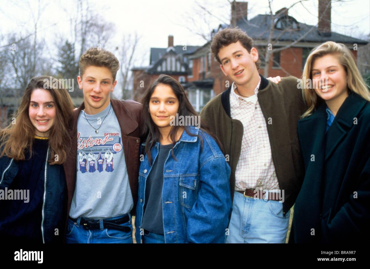 GRUPPENBILD DER 1990ER JAHRE VON ZWEI TEENAGER-JUNGEN UND DREI MÄDCHEN IM TEENAGERALTER BLICK IN DIE KAMERA Stockbild