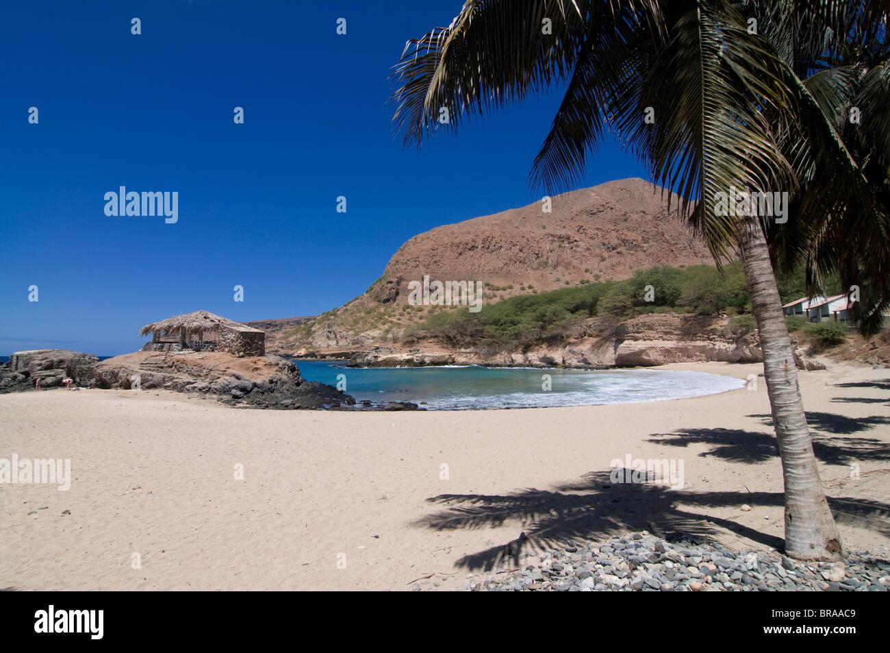 Sandstrand mit Palmen und Felsen, Tarrafal, Santiago, Kapverdische Inseln, Atlantik, Afrika Stockbild