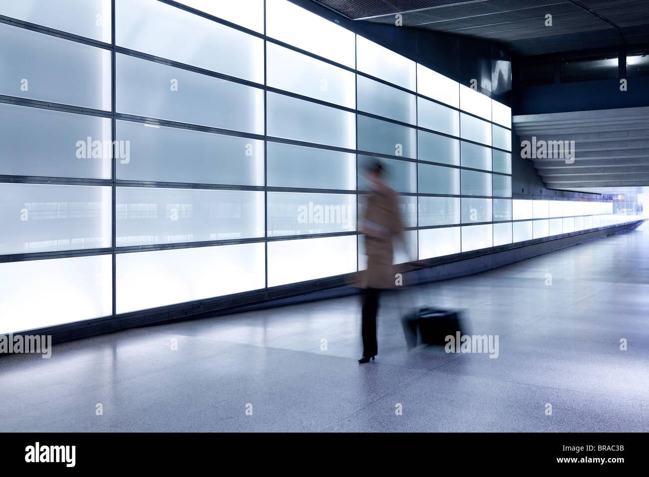 Person zu Fuß mit Motion blur in Durchgang am modernen Bahnhof, Berlin, Deutschland, Europa Stockbild