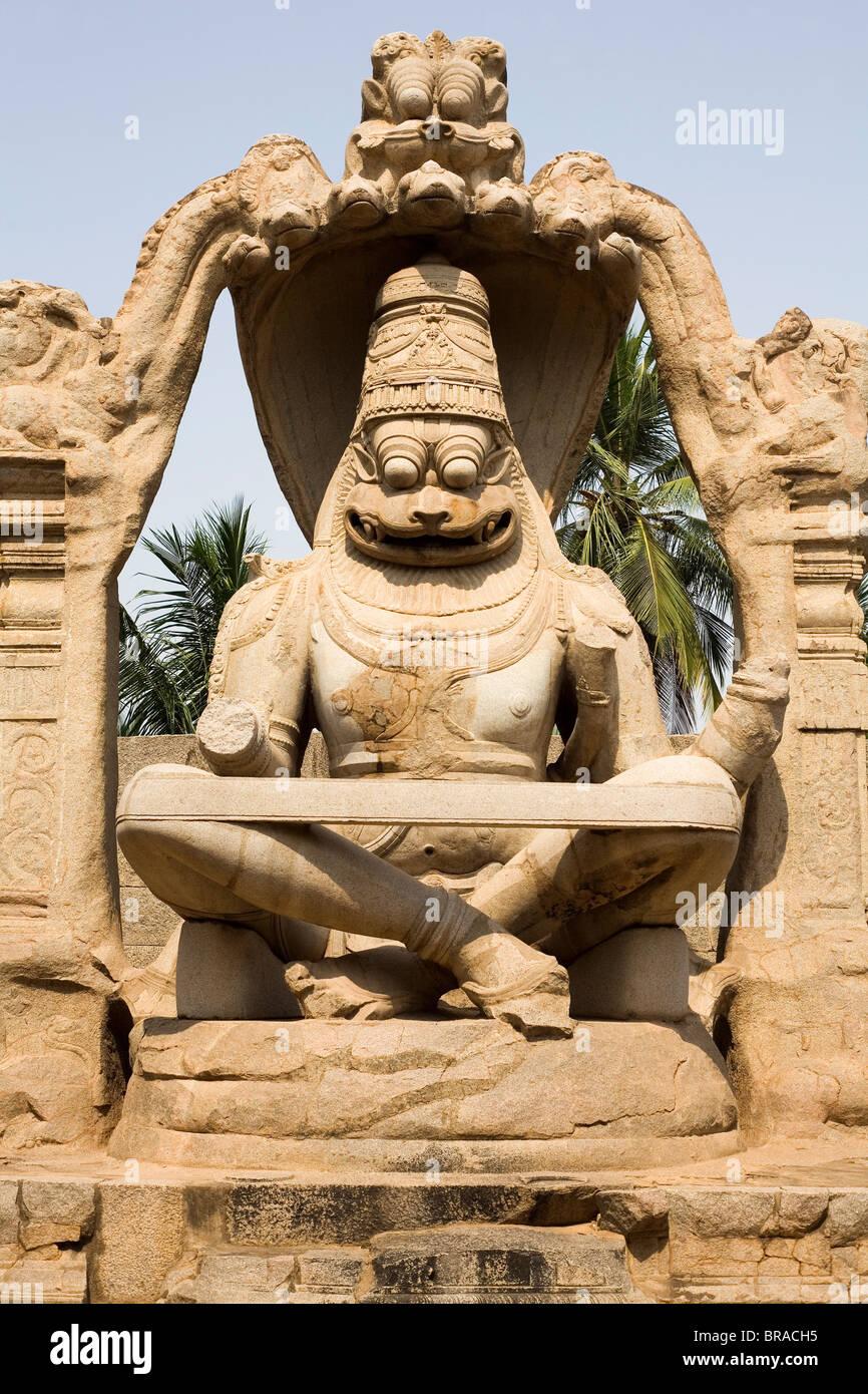 Narasimha Monolith von 1528 n. Chr. zeigt Vishnu als halb-Löwe, halb Mensch in Hampi, UNESCO, Karnataka, Indien, Stockbild