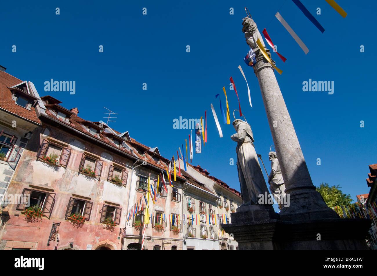 Schön dekorierte Häuser in der Stadt von Sofja Loka, Slowenien ...