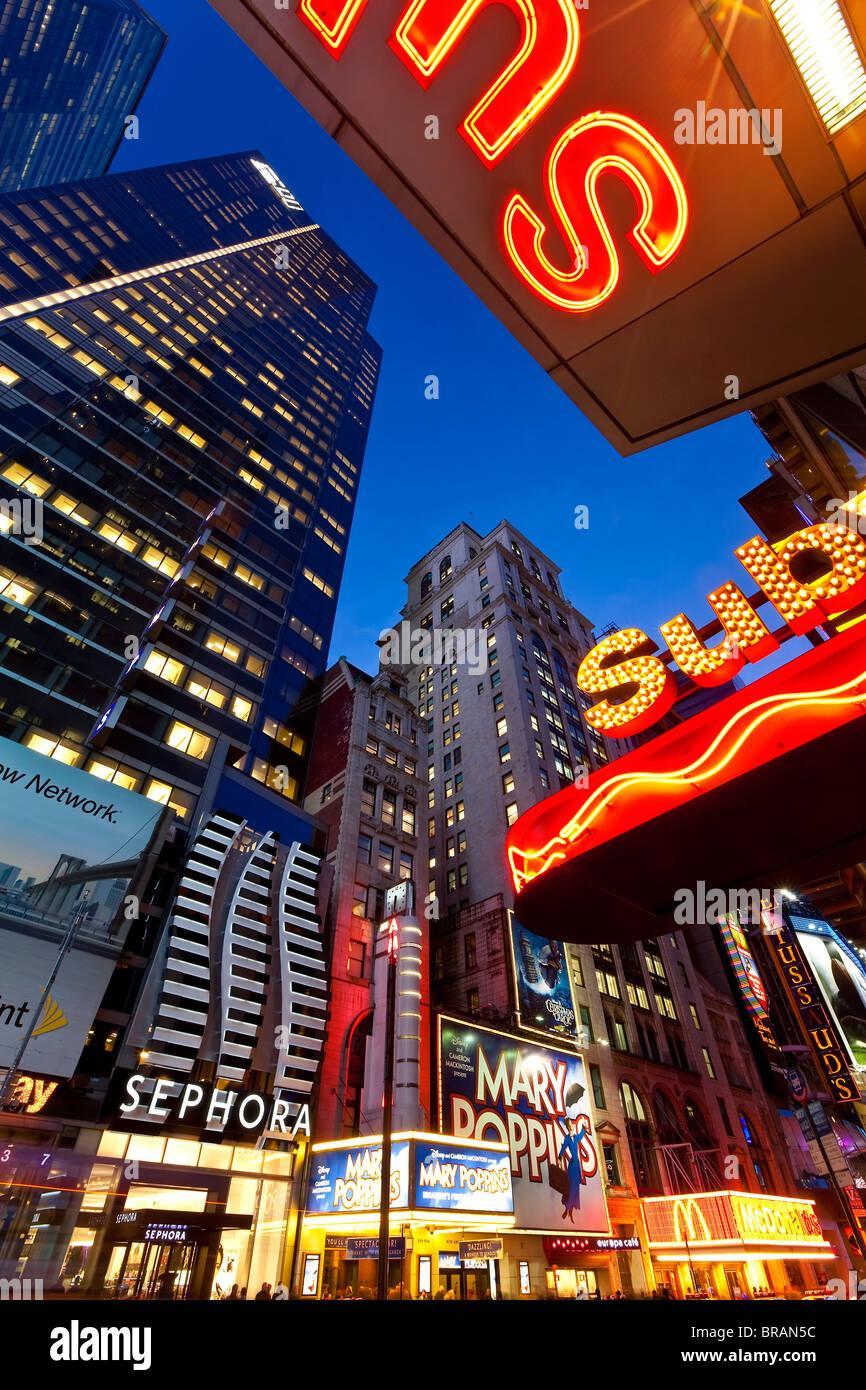 Neonlichter der 42nd Street, Times Square, Manhattan, New York City, New York, Vereinigte Staaten von Amerika, Nordamerika Stockbild