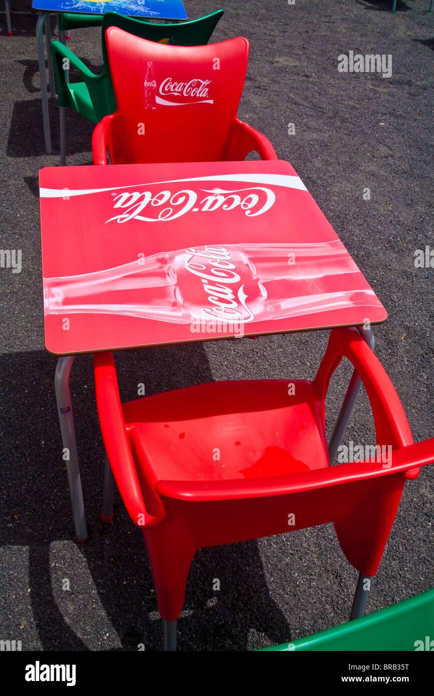 Plastiktisch Coca Restaurant Cola Stühle Rote Und Leuchtend Logo Im R3LqS54jcA