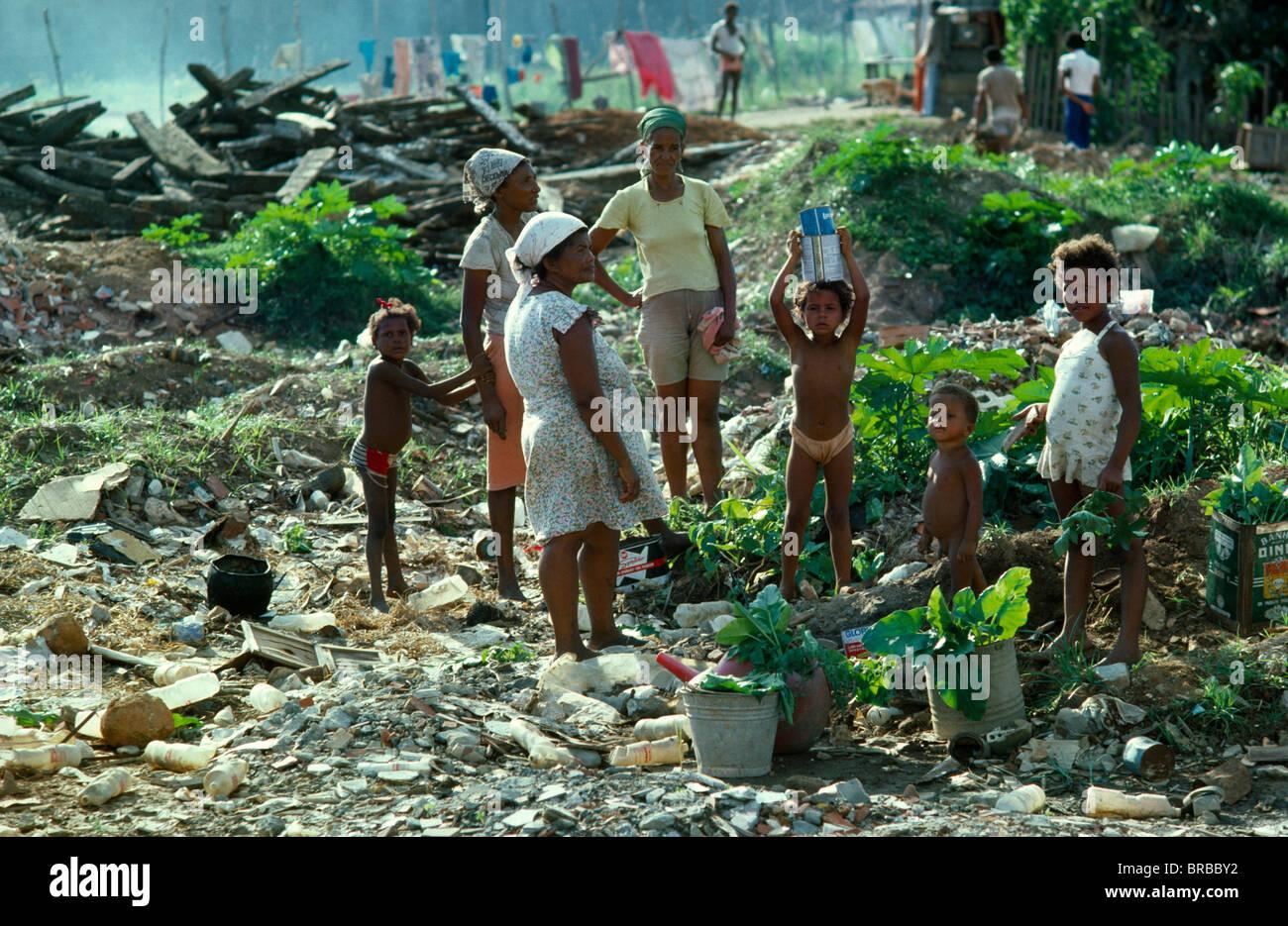 Brasilien Südamerika Bahia Salvador Favela Shanty Slum Wohnung Familie  Futtersuche Auf Müllkippe Für Dinge Zu Verkaufen