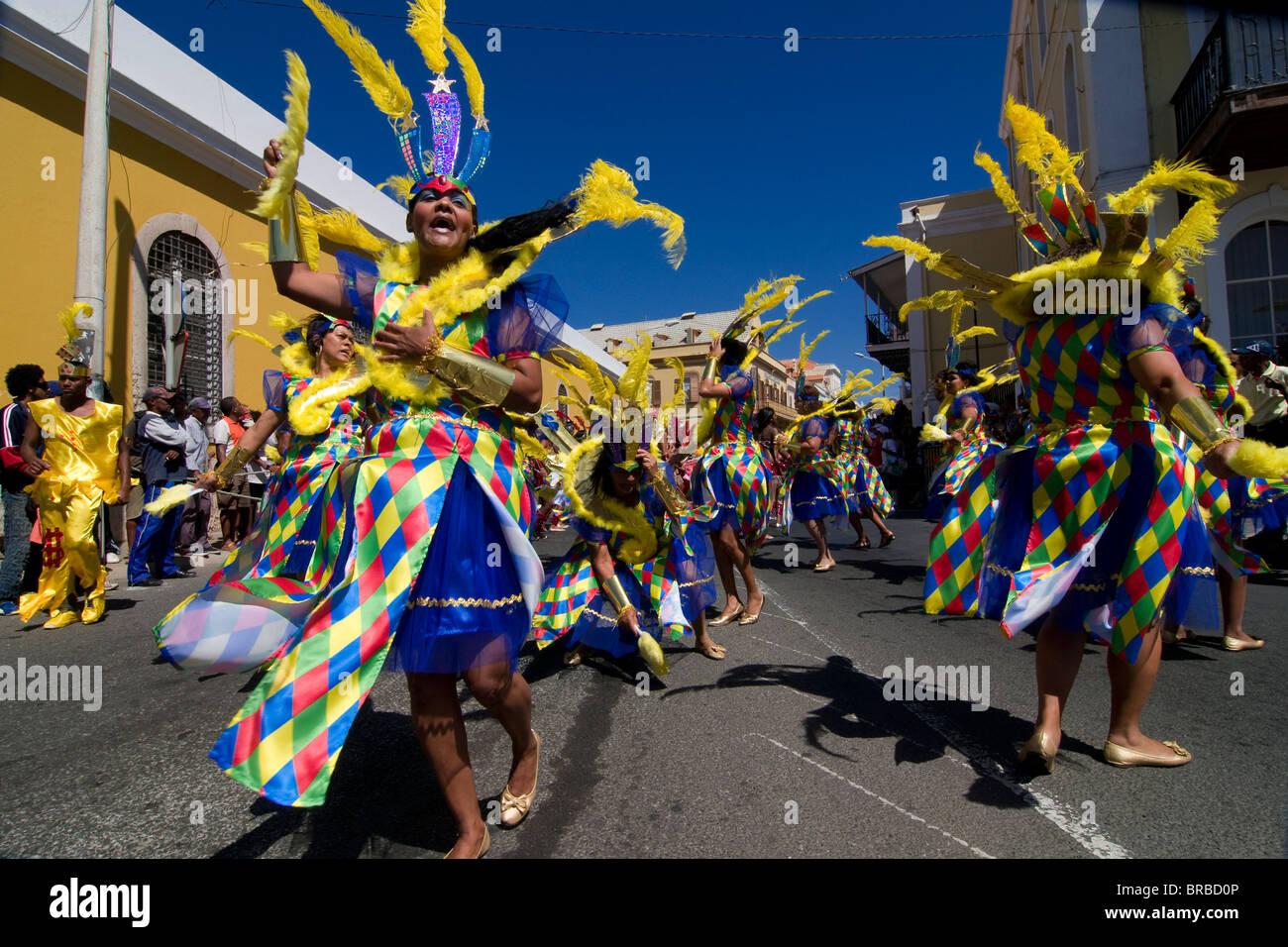 Kostümierte Frauen tanzen, Karneval, Mindelo, Sao Vicente, Kap Verde Stockfoto