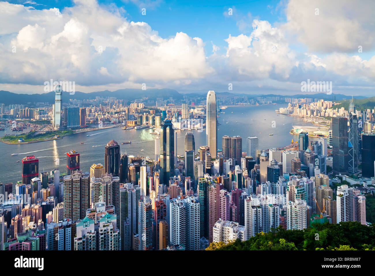 Skyline der Stadt und den Victoria Harbour angesehen vom Victoria Peak, Hong Kong, China Stockbild