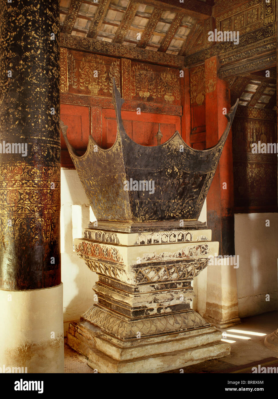 Predigt Stuhl, Wat Pong Yang Kok, ein klassisches Beispiel von Lanna (Nord Thai) Handwerk und Architektur Lampang, Stockbild
