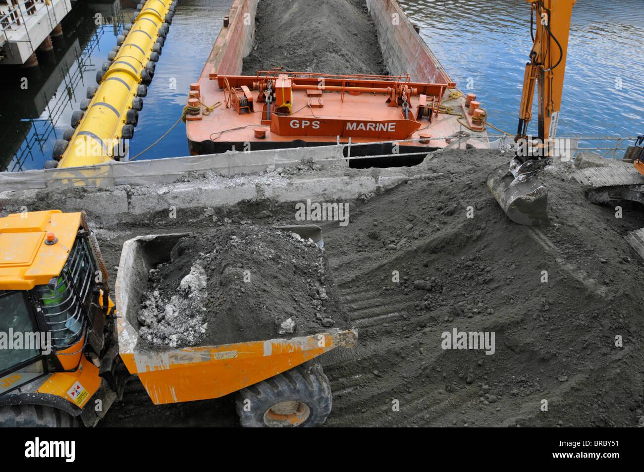 Bau Website Muldenkipper Erde aus dem Fundament Graben in verderben Heap für Bagger in einem Lastkahn laden Stockbild