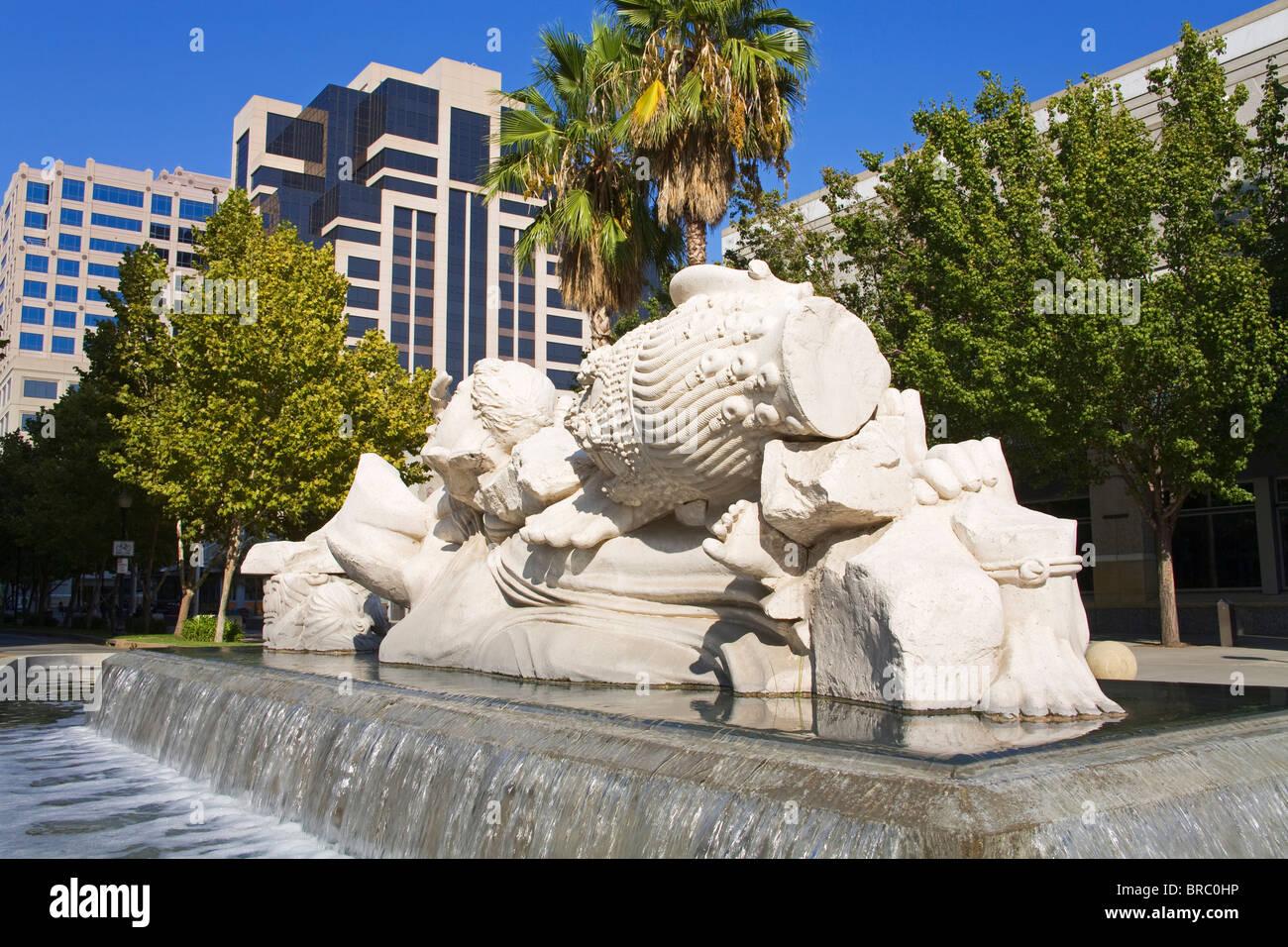 Zeit zu Cast Away Steinen, Brunnenskulptur von Stephen Kaltenbach, Sacramento Convention Center, California, USA Stockbild