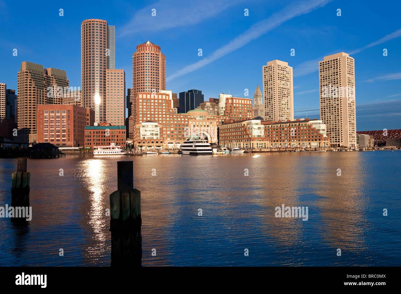 Skyline und inneren Hafen einschließlich Rowes Wharf im Morgengrauen, Boston, Massachusetts, Neuengland, USA Stockbild