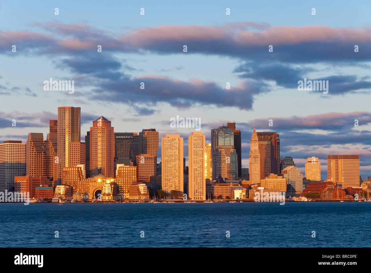 Stadt Skline betrachtet durch den Hafen von Boston in der Morgendämmerung, Boston, Massachusetts, Neuengland, Stockbild
