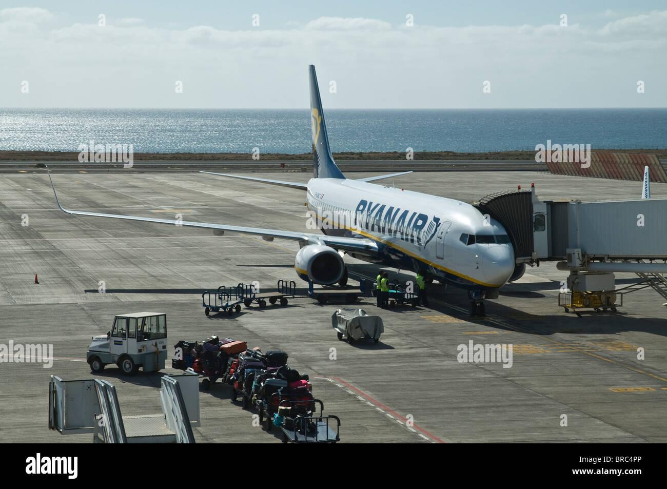 Dh FLUGHAFEN ARRECIFE LANZAROTE Ryanair Flugzeug auf der Piste laden Gepäck Zug Flugzeug Stockbild