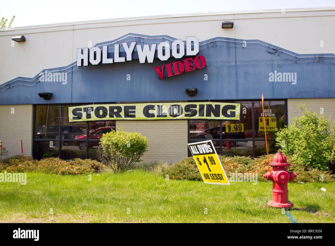 Mann hält Zeichen für Hollywood Video Store schließen Going Out of Business-Verkauf Stockbild