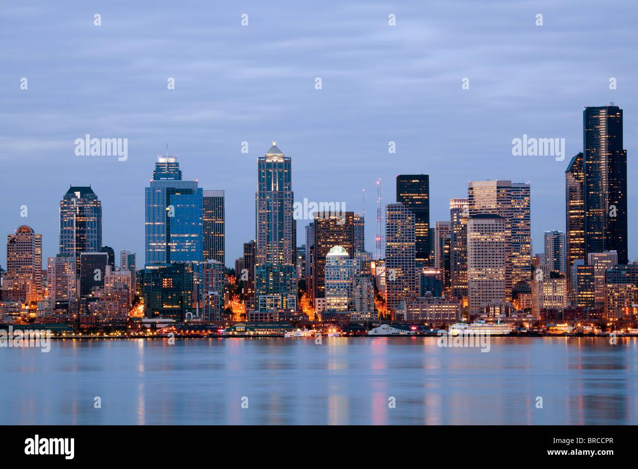 Seattle Skyline - Washington USA. Gebäude entlang der Uferpromenade in der Dämmerung. Stockbild