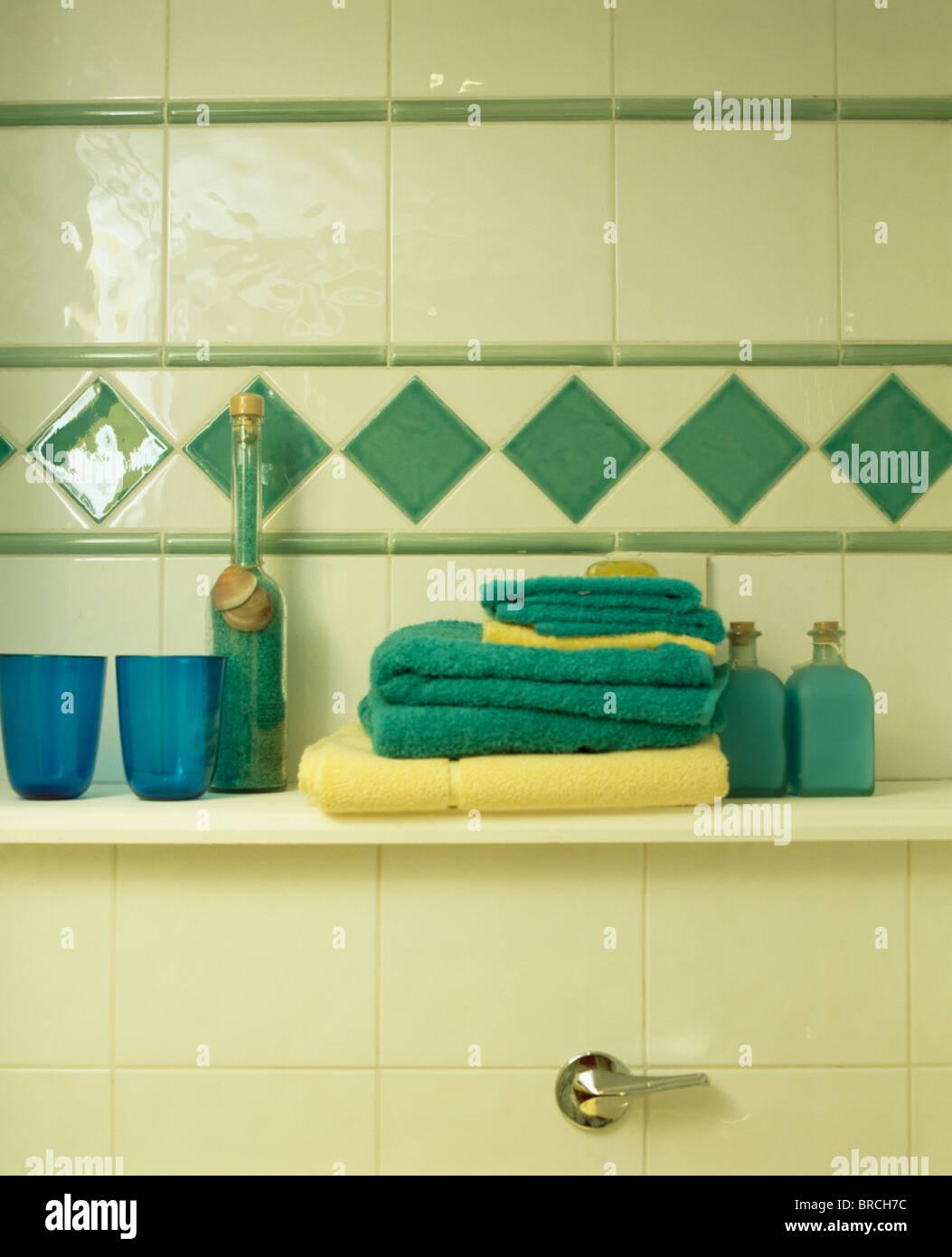 Nahaufnahme Von Turkis Und Gelb Handtucher Im Badezimmer Regal Unter