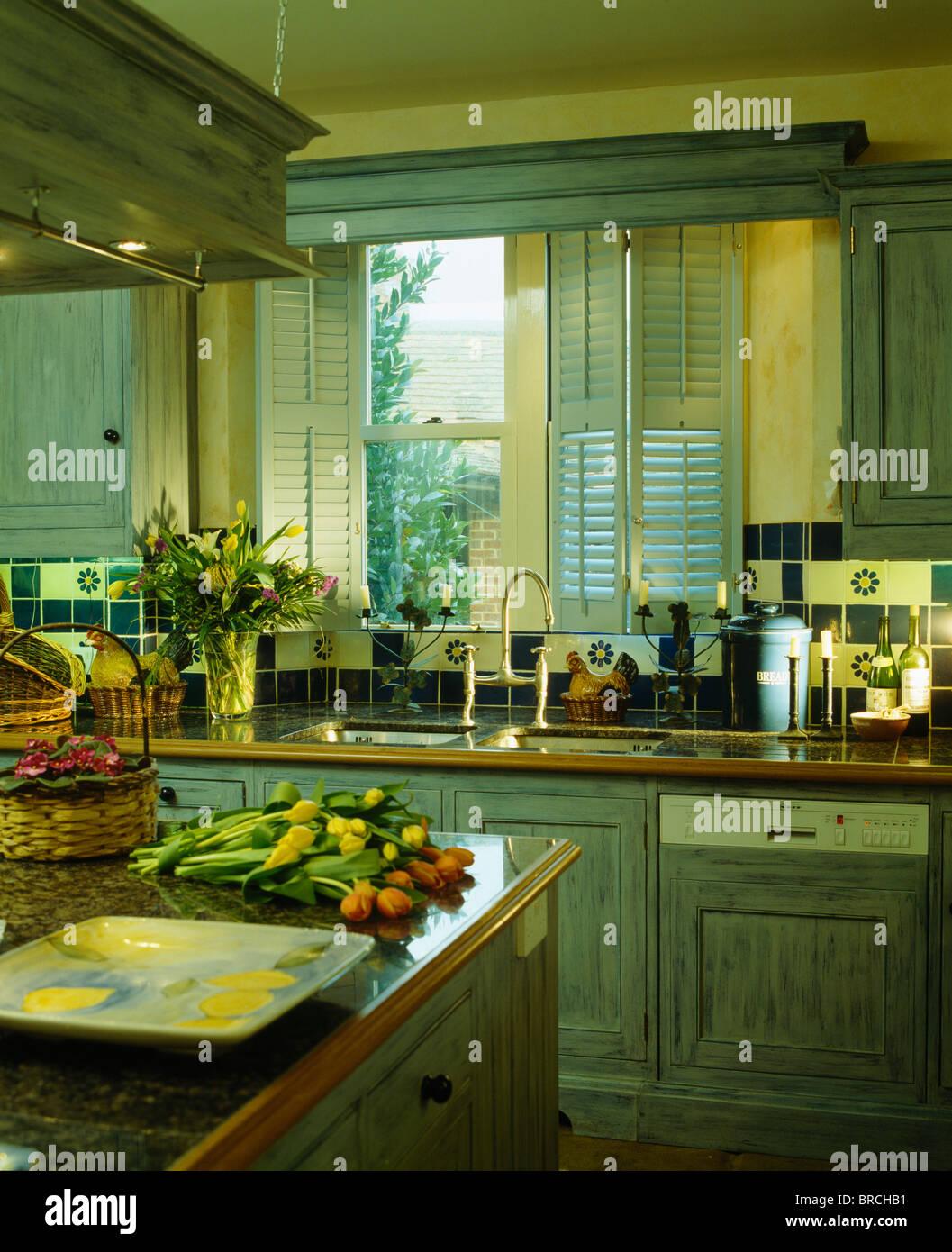 Plantage Fensterläden Fenster oben versinken in traditionelle Küche ...