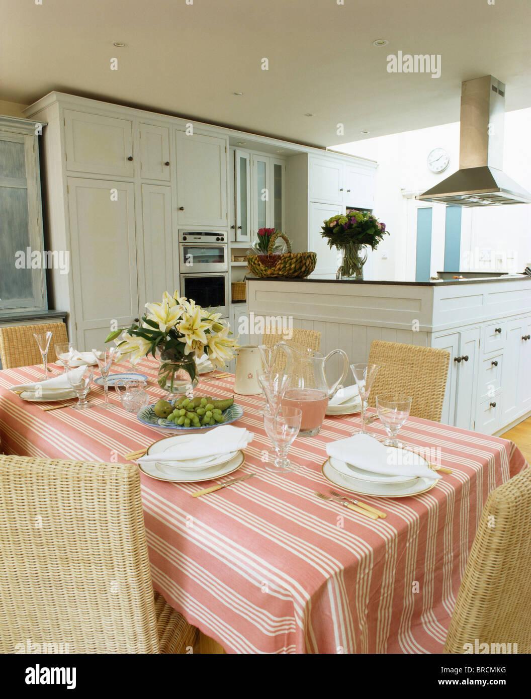 rosa gestreifter baumwolle tuch und wei e geschirr auf den tisch f r das mittagessen in modernen. Black Bedroom Furniture Sets. Home Design Ideas