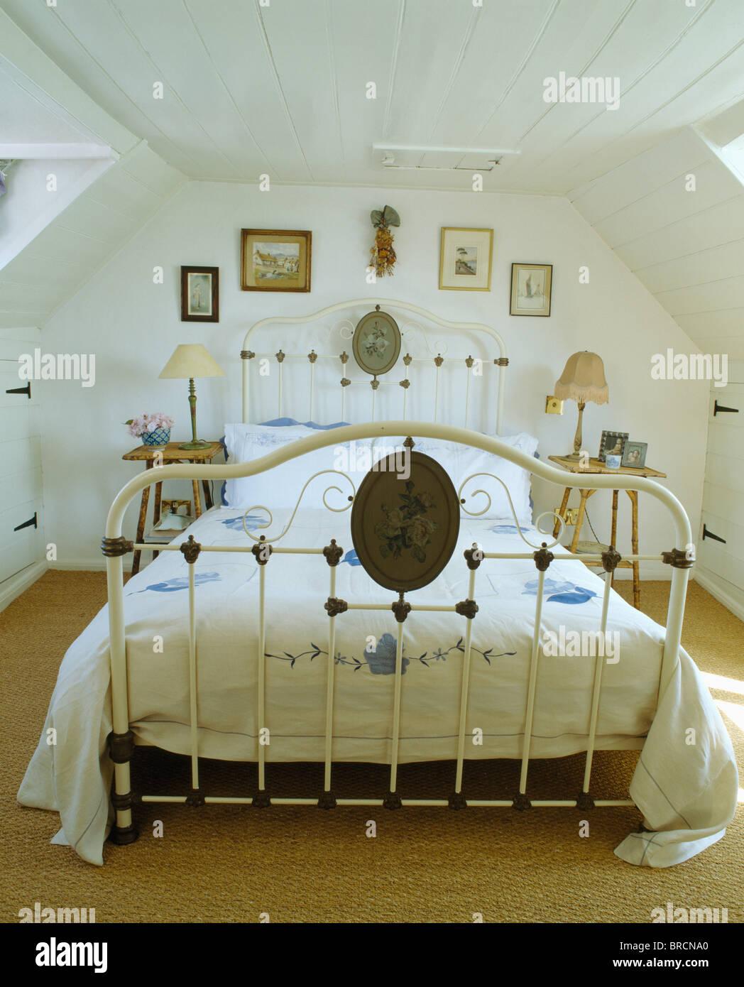 Weisse Schmiedeeisen Antikes Bett In Weissem Mansarde Stockfoto Bild
